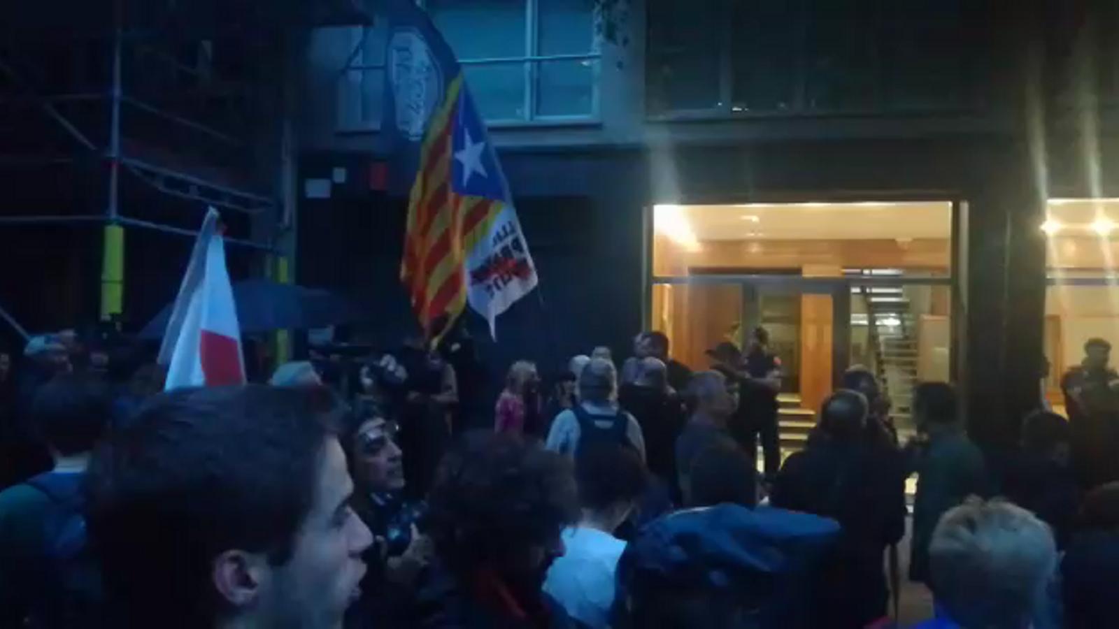 """""""Botiflers"""": els CDR protesten davant la seu d'Esquerra"""