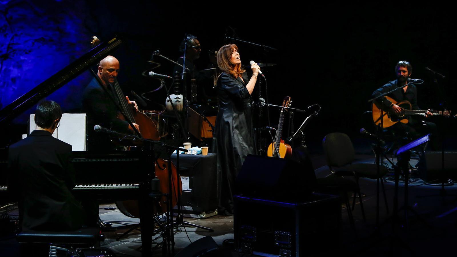 Maria del Mar Bonet durant el concert al Teatre Grec, dins de la Mercè Música