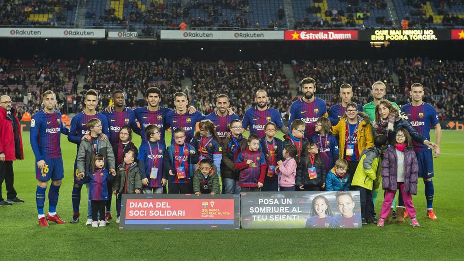 Els jugadors del Baçra, amb un grup de joves de l'Associació Catalana de Síndrome de Down, el 2017