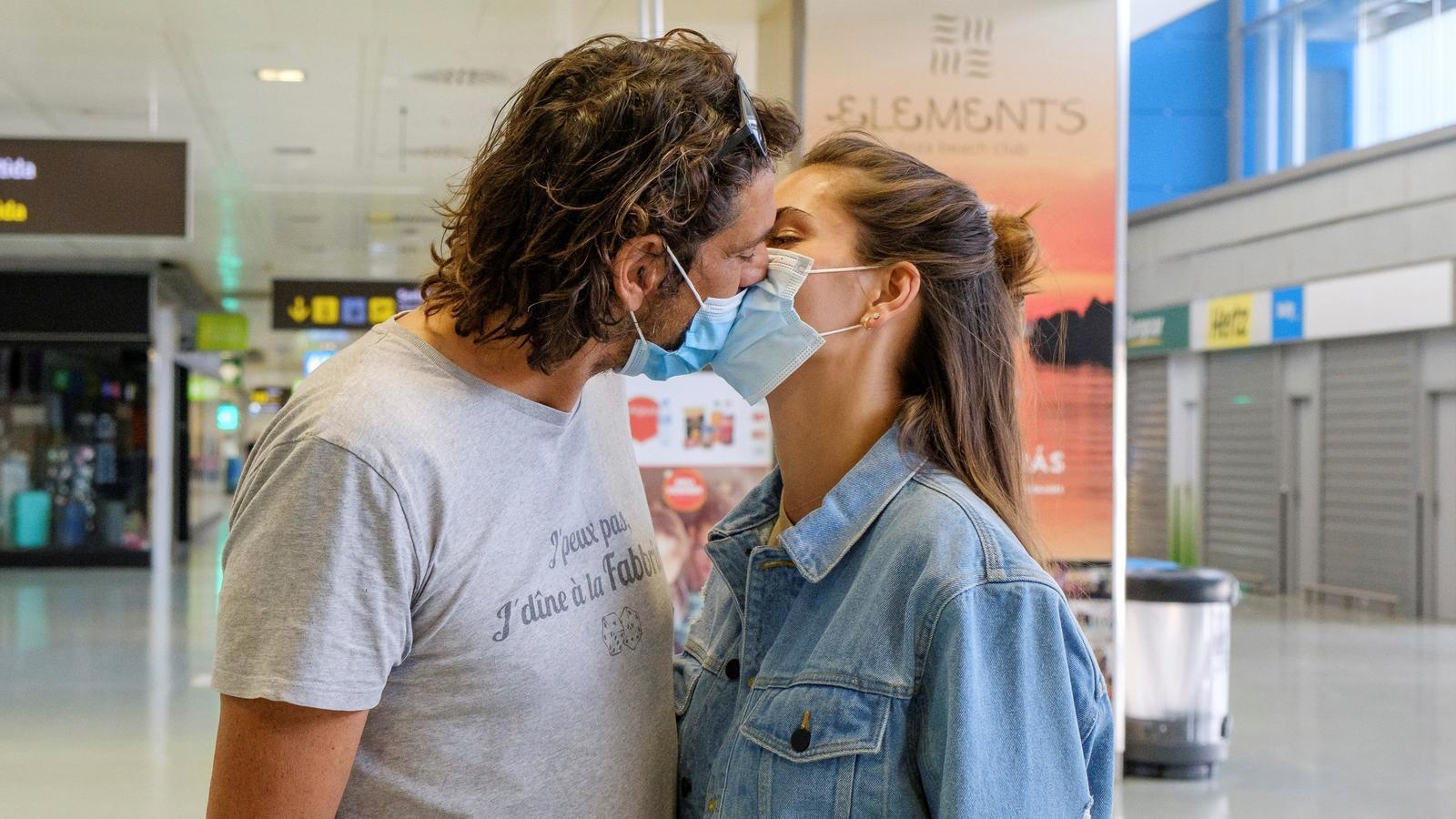 Una parella de turistes alemanys a l'aeroport d'Eivissa