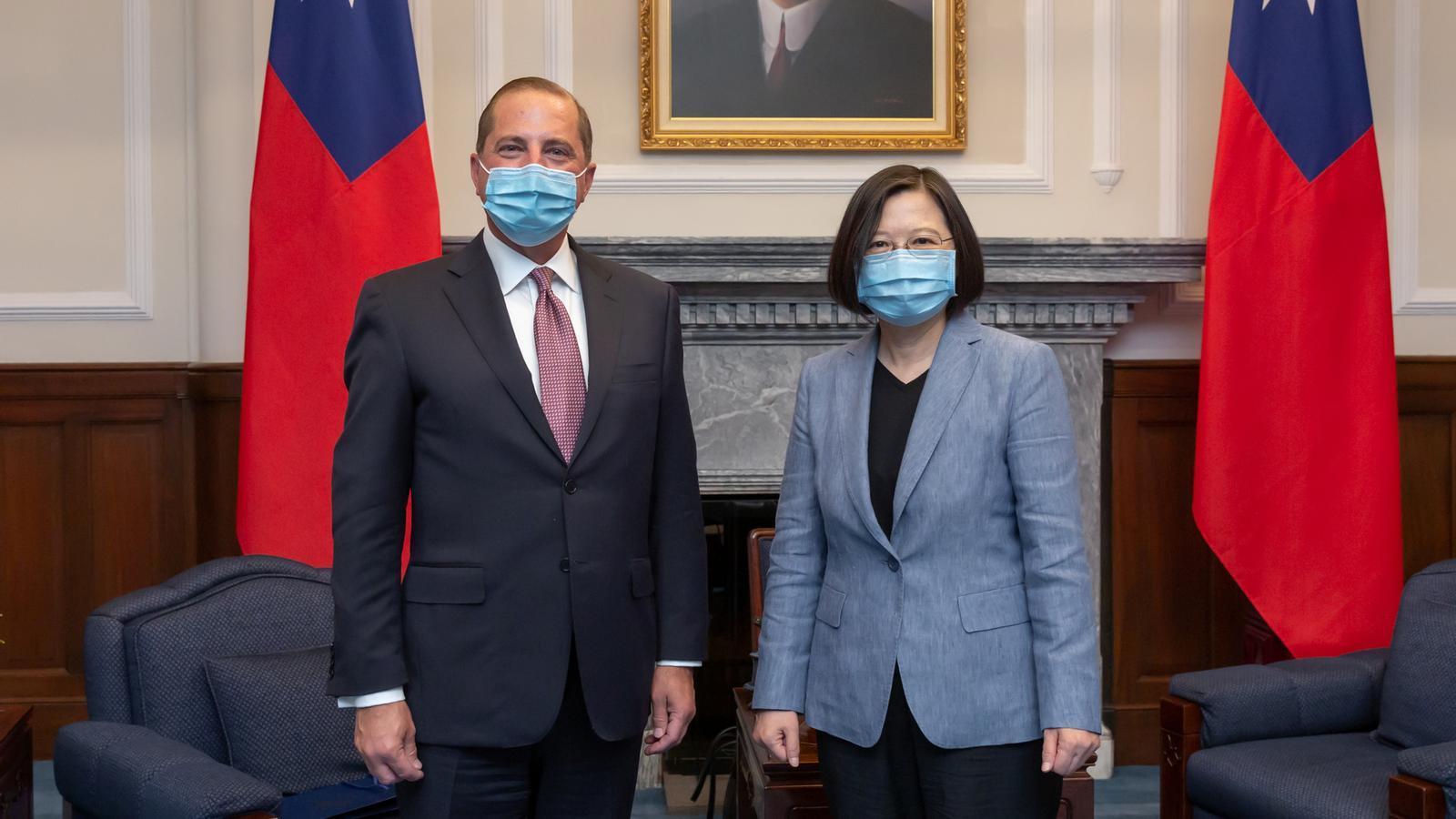El secretari de Sanitat nord-americà, Alex Azar, amb la presidenta taiwanesa, Tsai Ing-wen, aquest dilluns a Taipei