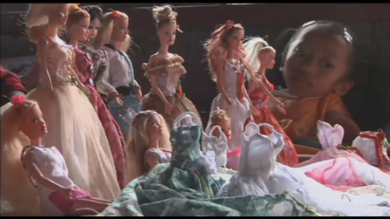 Dues germanes balineses dissenyen roba per a nines Barbie perquè els van prohibir anar a l'escola per una malaltia