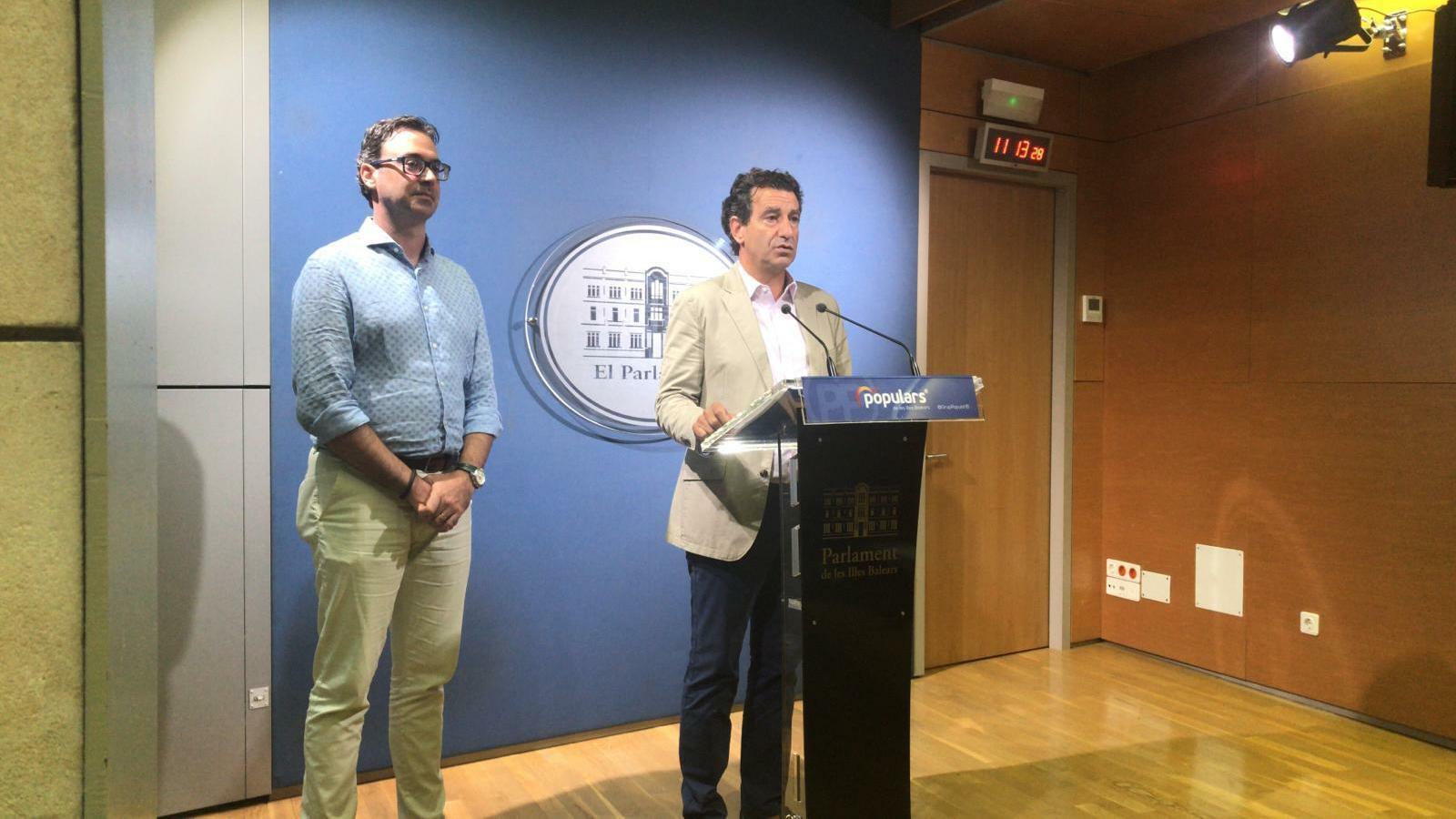 Els diputats del PP Toni Costa i Biel Company han comparegut davant dels mitjans aquest dijous