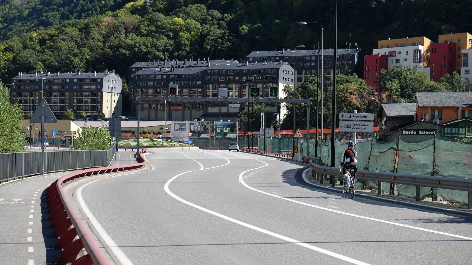 Una cicloturista circula per l'avinguda Salou. / Arxiu ANA