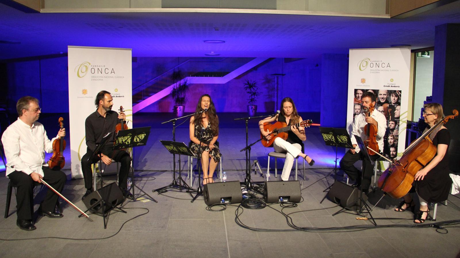 El sextet integrat per l'ONCA, Isabel Vinardell i Isabelle Laudenbach, durant el concert