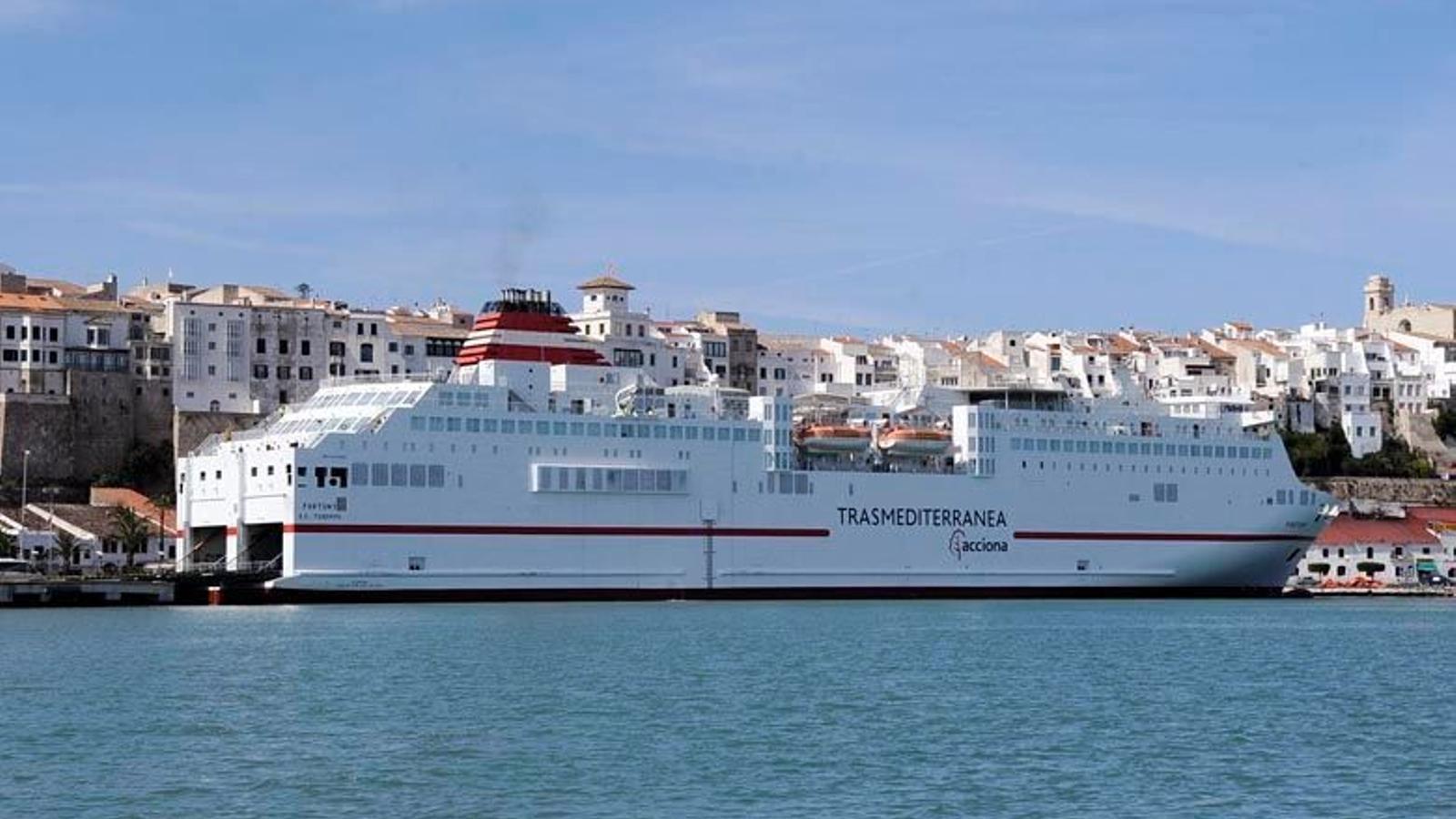 Els bucs de Trasmediterránea són part del paisatge que envolta el port de Maó.