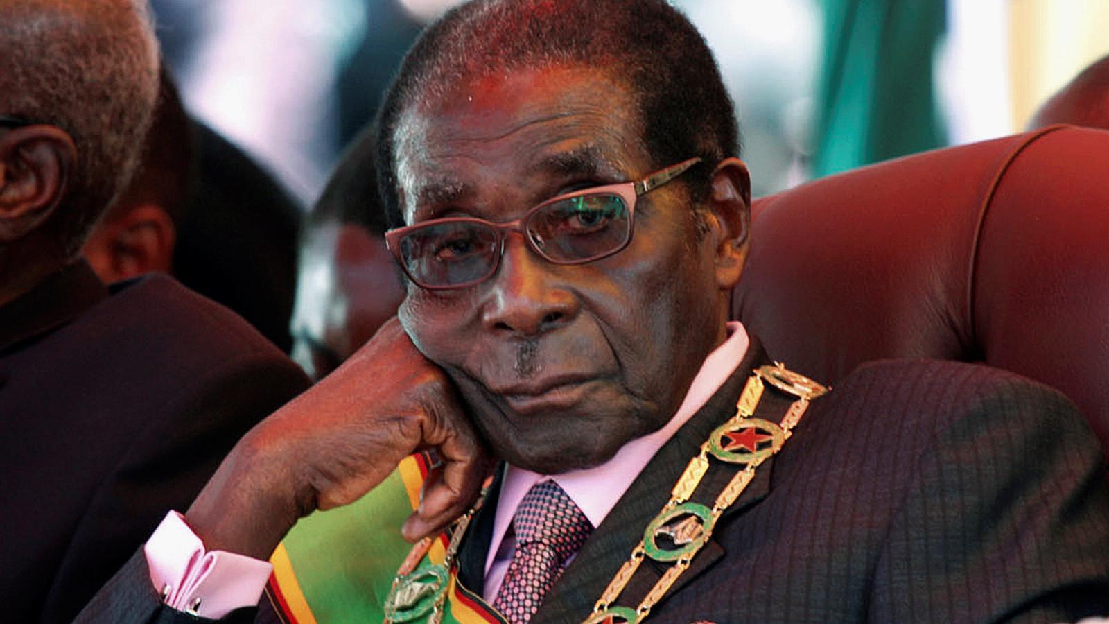 Mugabe en una imatge d'arxiu de l'any 2012 durant una desfilada militar a Harare