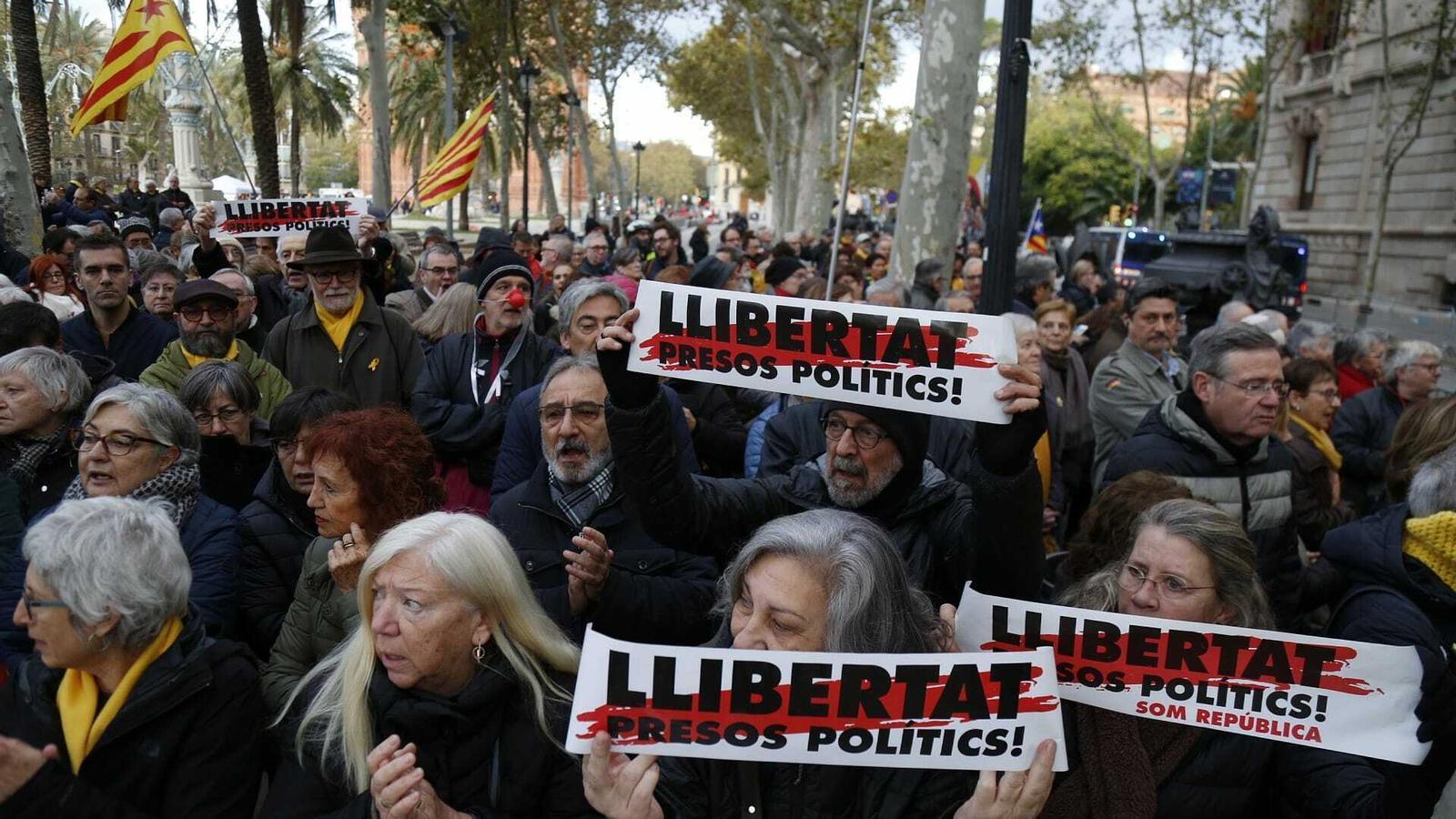 Manifestants protestant a les portes del TSJC contra el judici a al president de la Generalitat, Quim Torra