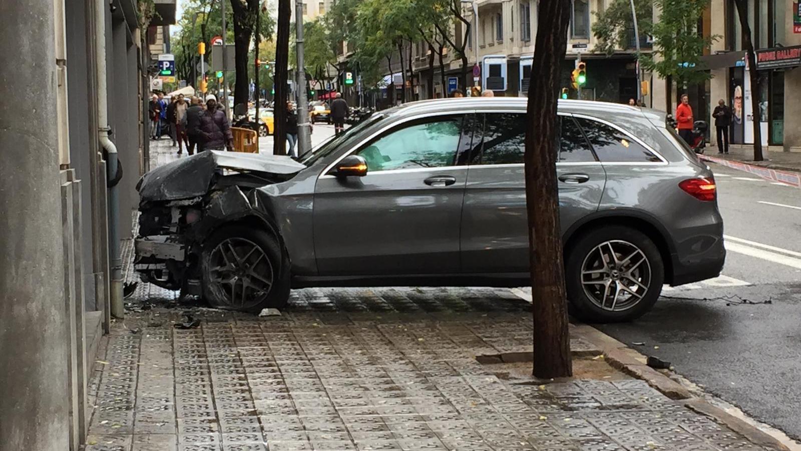 Un conductor perd el control i s'emporta vianants i terrasses a la Travessera de Gràcia