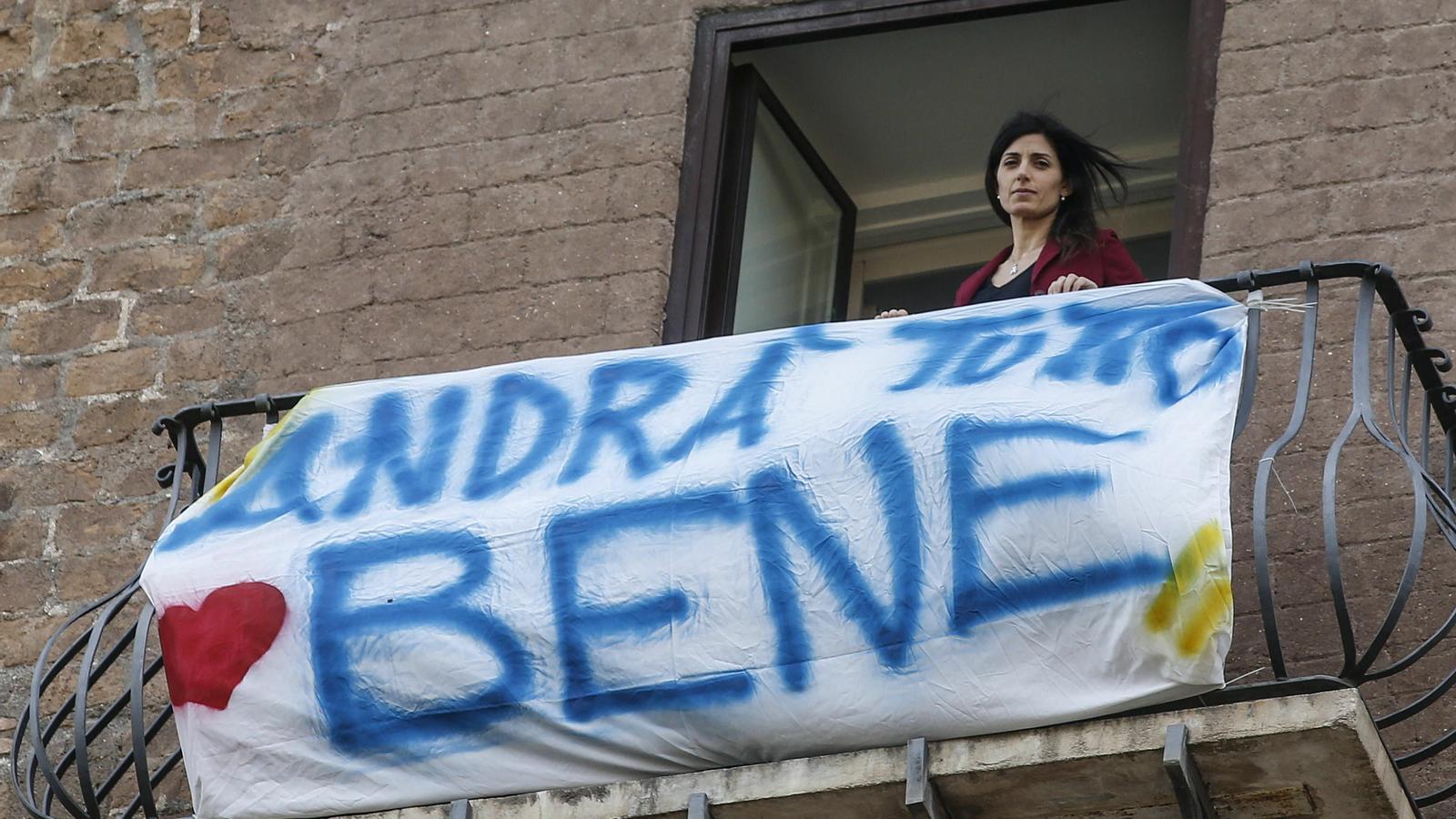"""L'alcaldessa de Roma, amb una pancarta al balcó del seu despatx que diu: """"Tot anirà bé"""""""