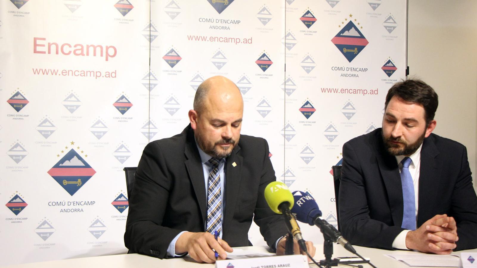 El cònsol major d'Encamp, Jordi Torres, i el conseller Jordi Rogel en la roda de premsa posterior al consell de comú. / T. N. (ANA)
