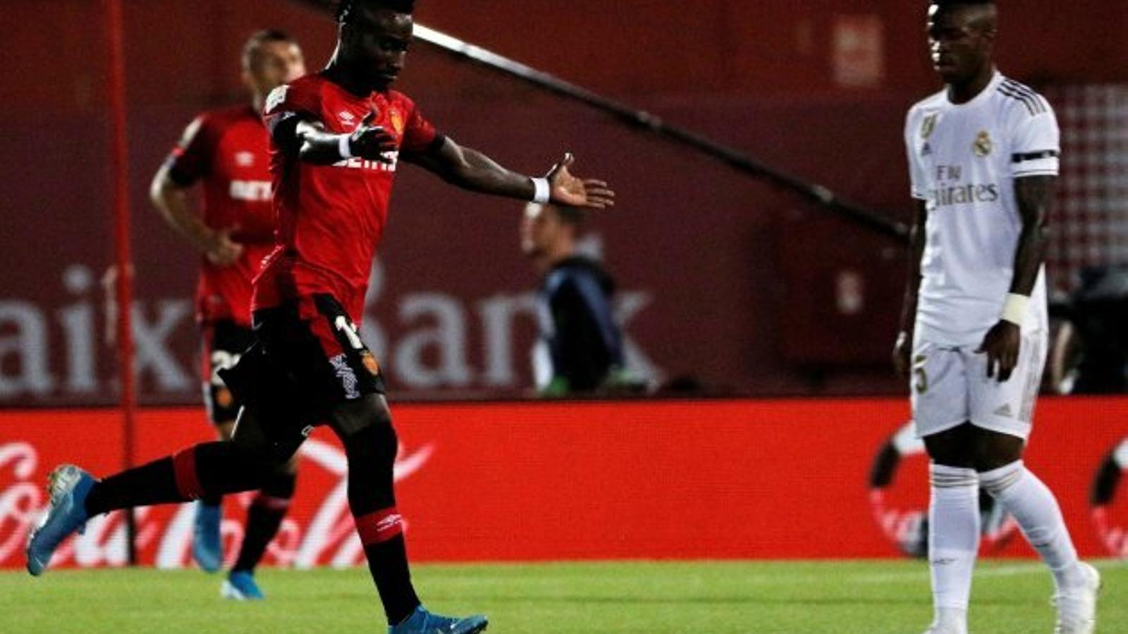 Lago Junior celebrant el gol que ha marcat al Reial Madrid