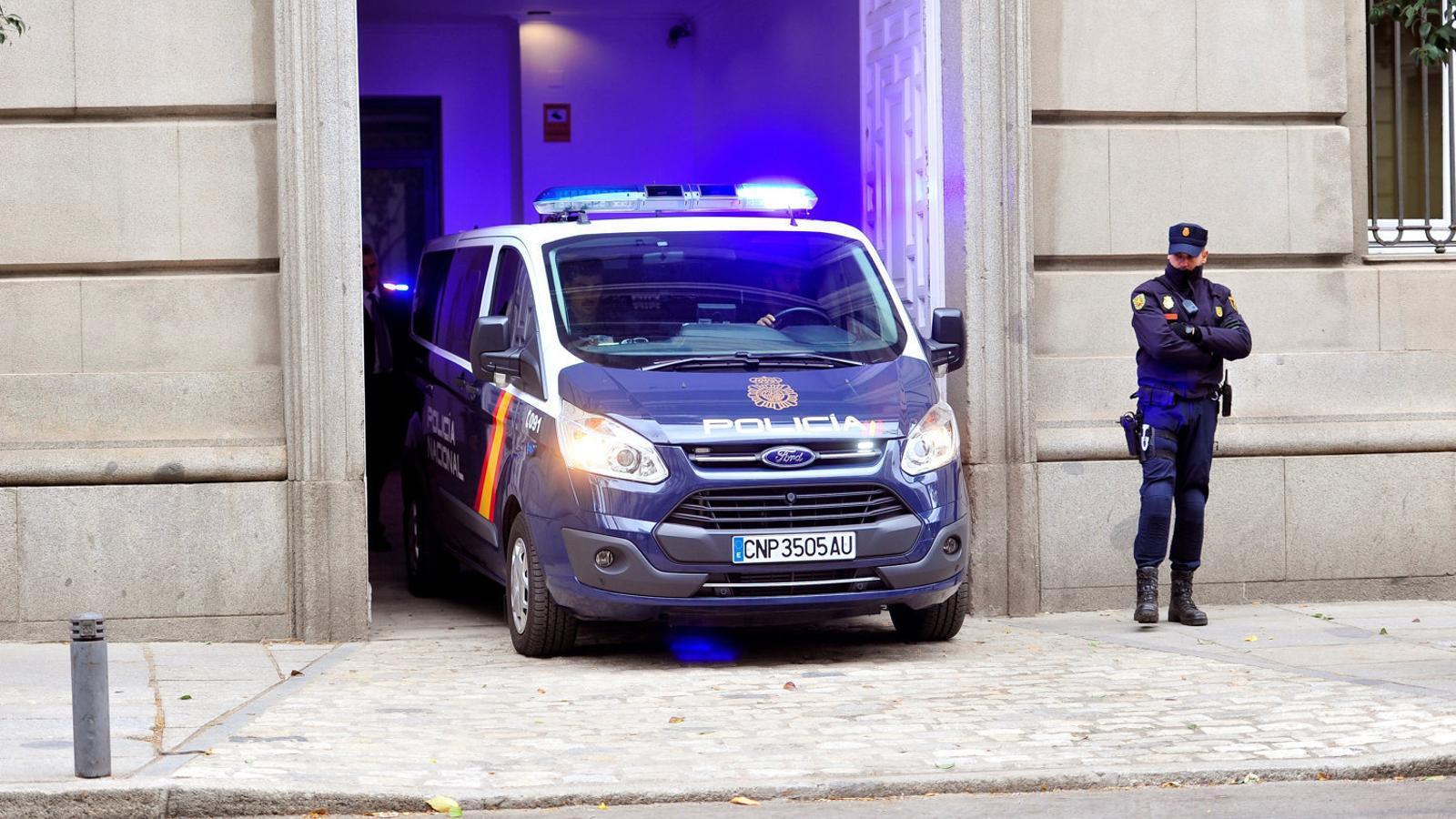Un dels furgons policials que va traslladar els consellers i els Jordis de la presó al Suprem.