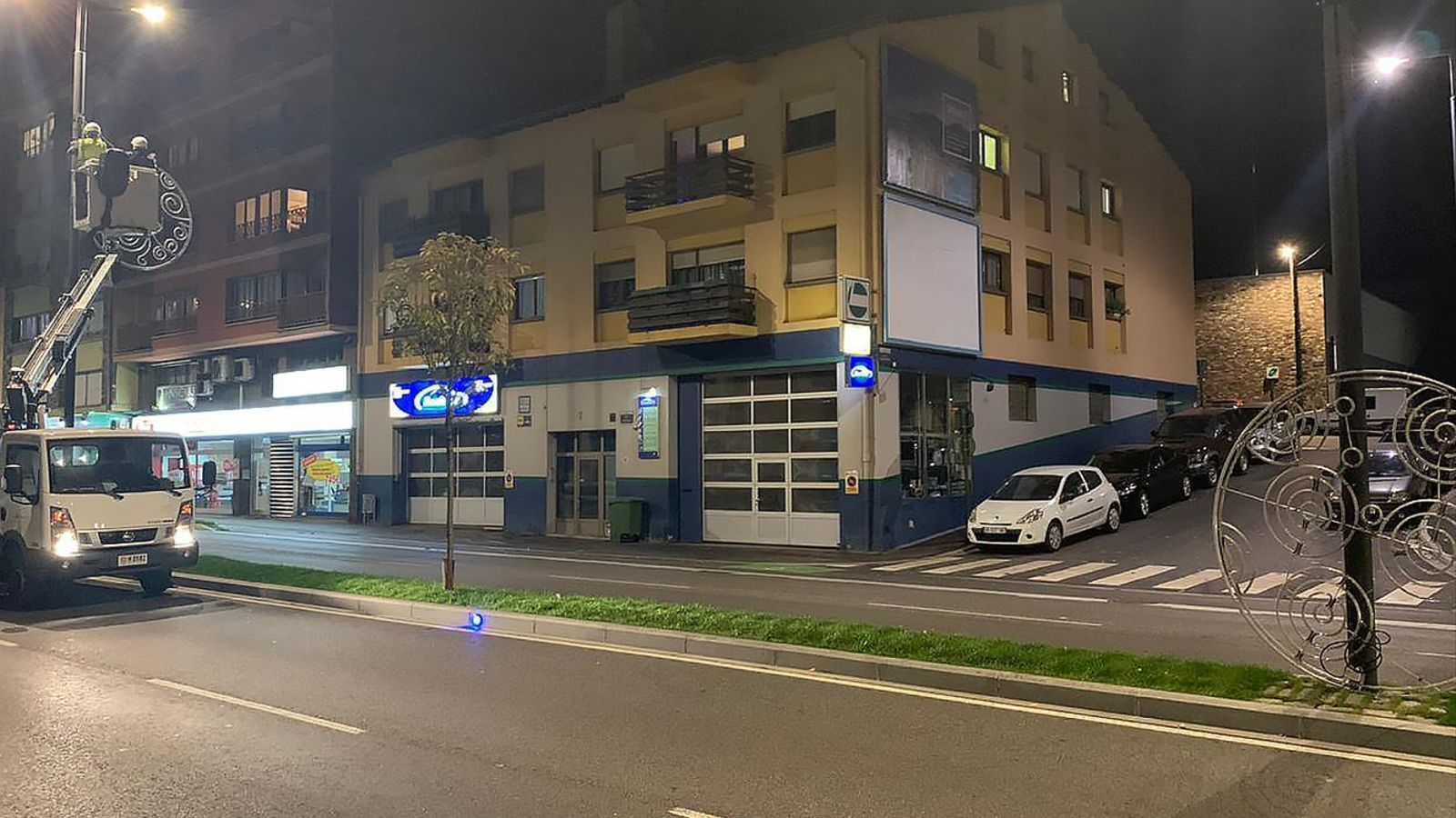 La instal·lació dels llums de Nadal aquesta setmana a Andorra la Vella. / C. A.