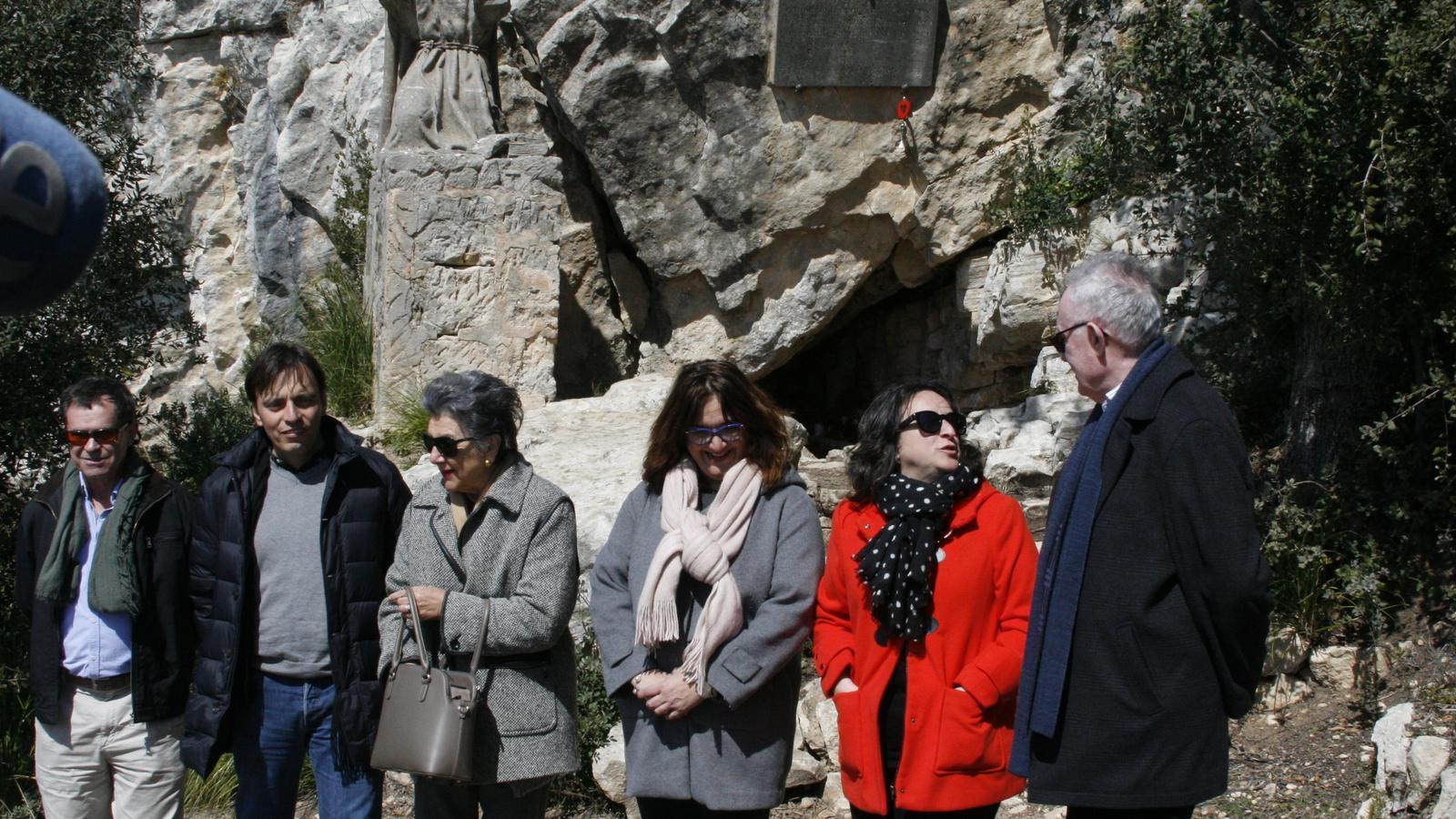 El tècnic de Patrimoni Carles Morante, Francesc Miralles, Catalina Morell, Maria A. Mulet, Kika Coll i Jaume Puigserver, davant la cova de Ramon Llull.