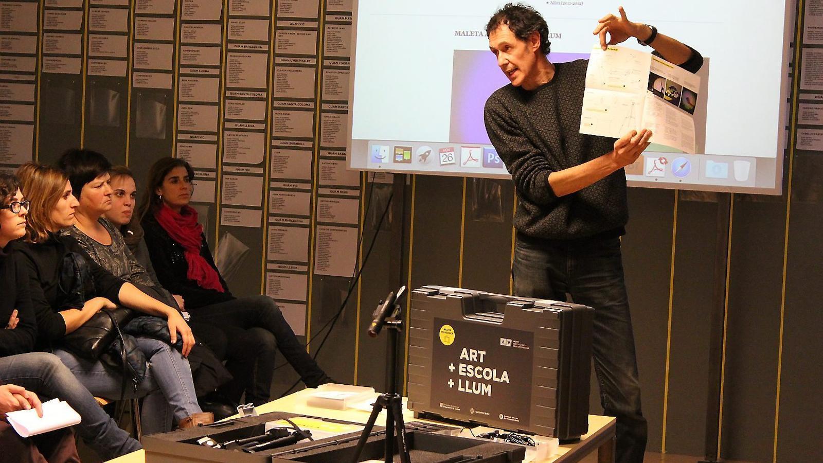 L'art viatja a l'aula   Una maleta ben especial / FOTO: ACVIC