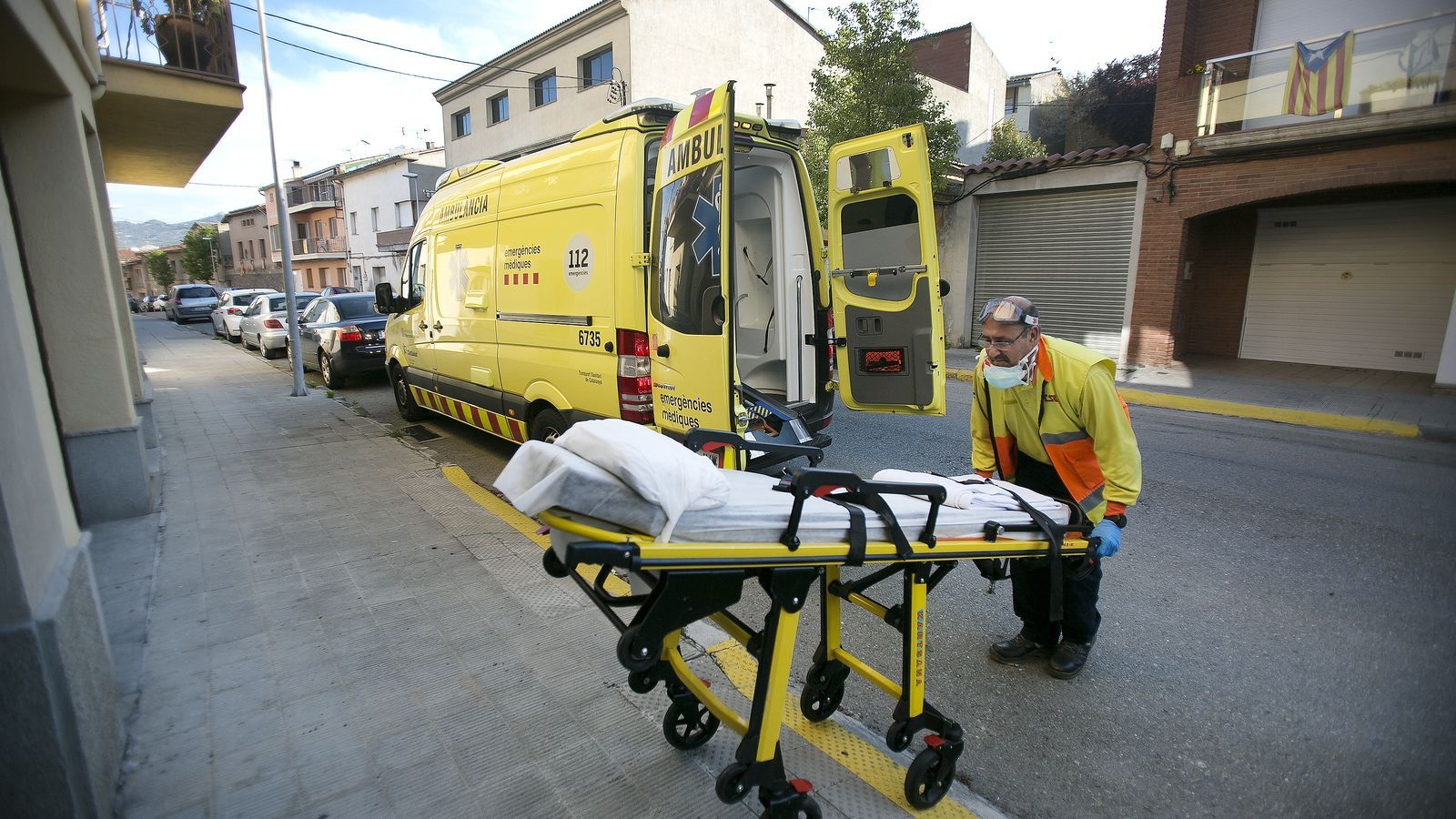 Un tècnic d'ambulància amb una llitera per fer un trasllat