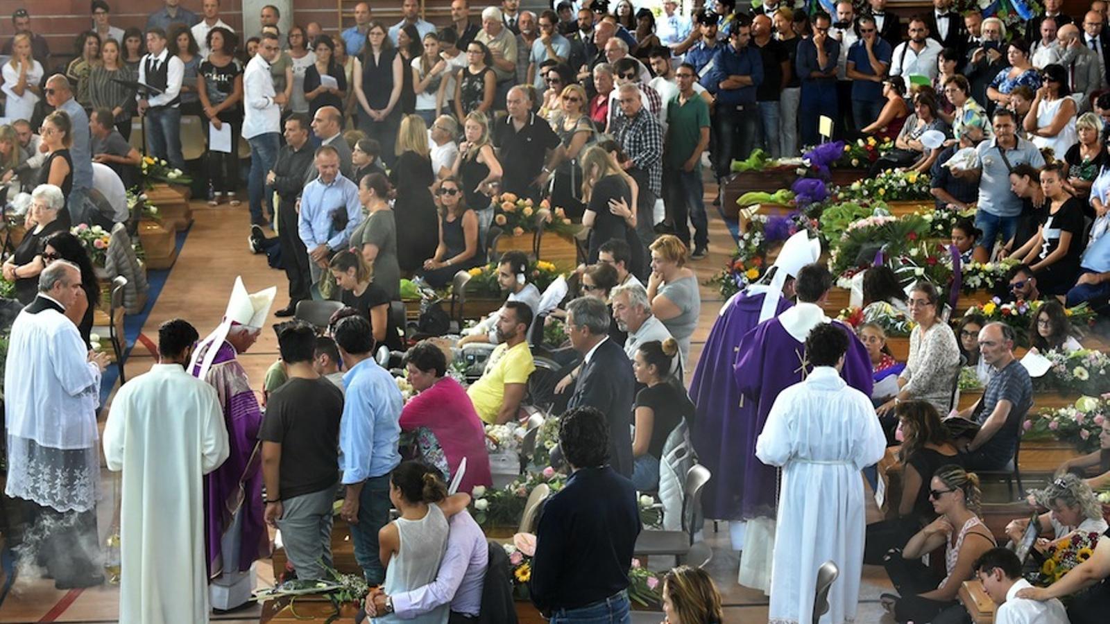 Alguns familiars han seguit la cerimònia al costat dels fèretres.