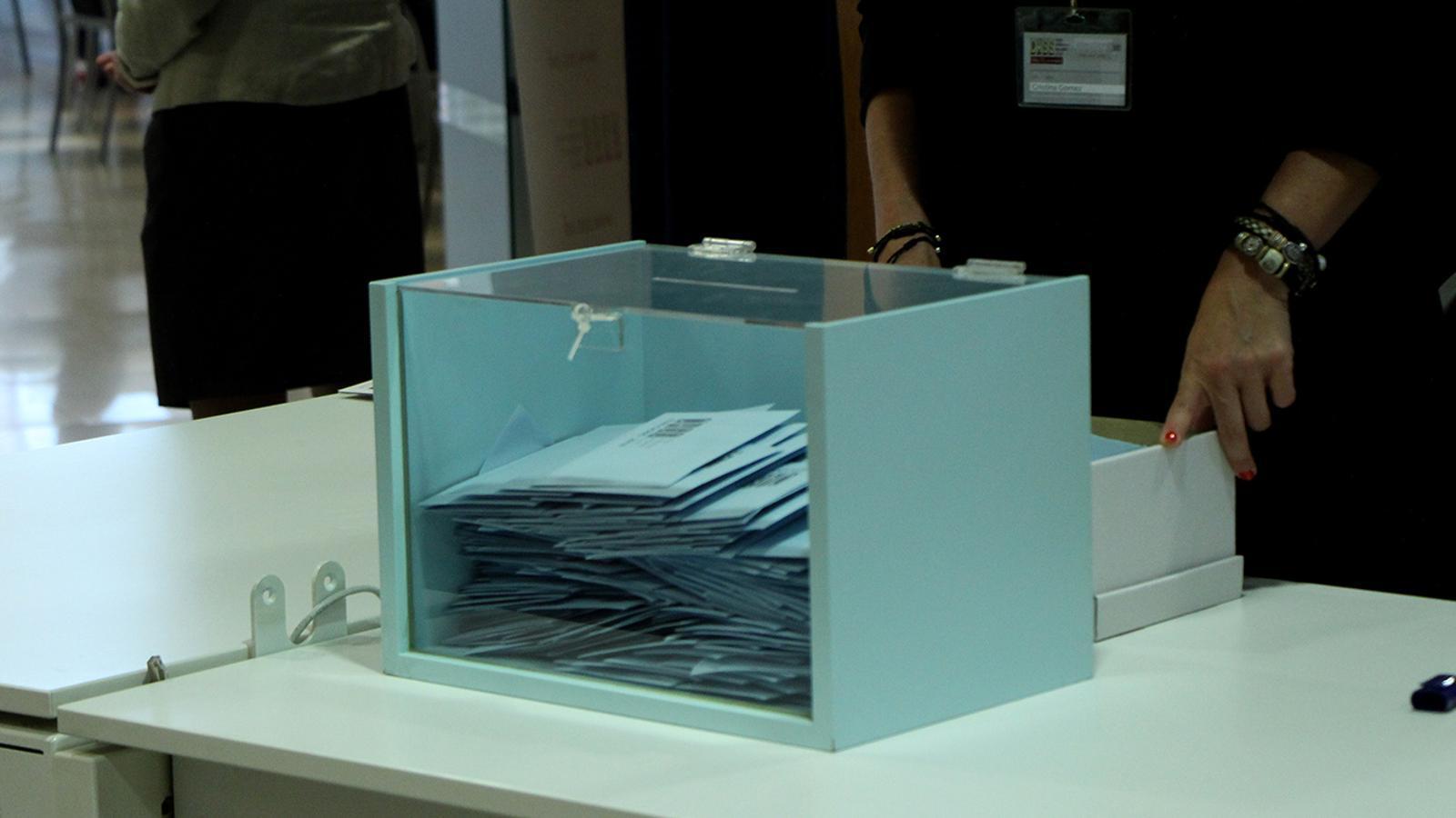 Una urna amb els vots dels assalariats. / M. F.