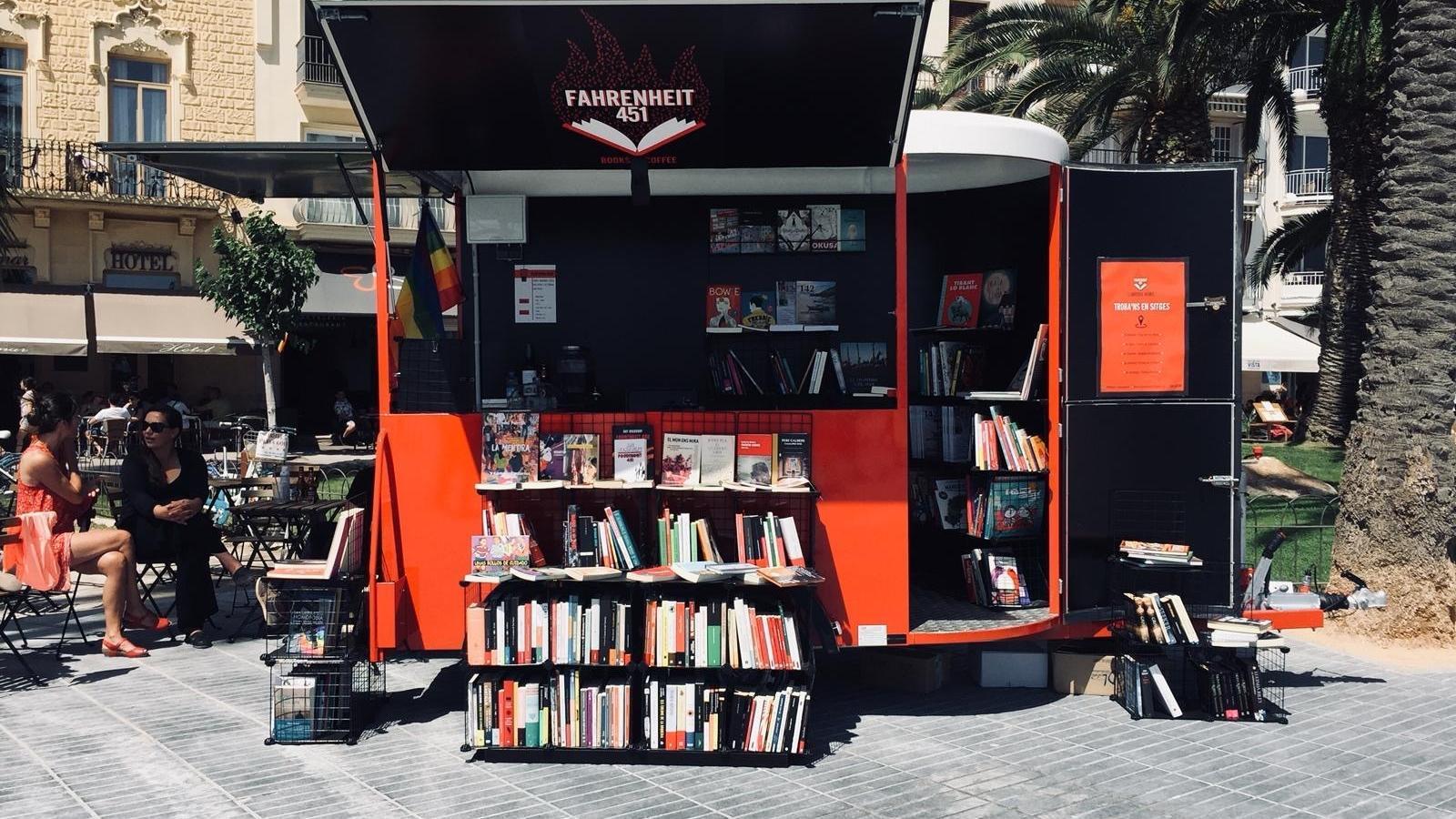 Fahrenheit 451, la llibreria mòbil que s'ha convertit en estable a la Barceloneta