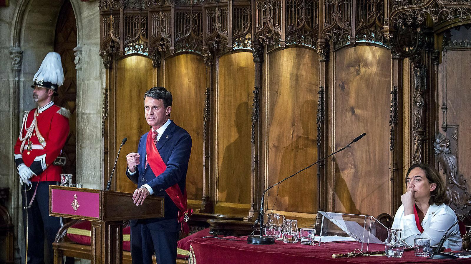 Manuel Valls intervenint al ple de l'Ajuntament  de Barcelona que  va investir Ada Colau.