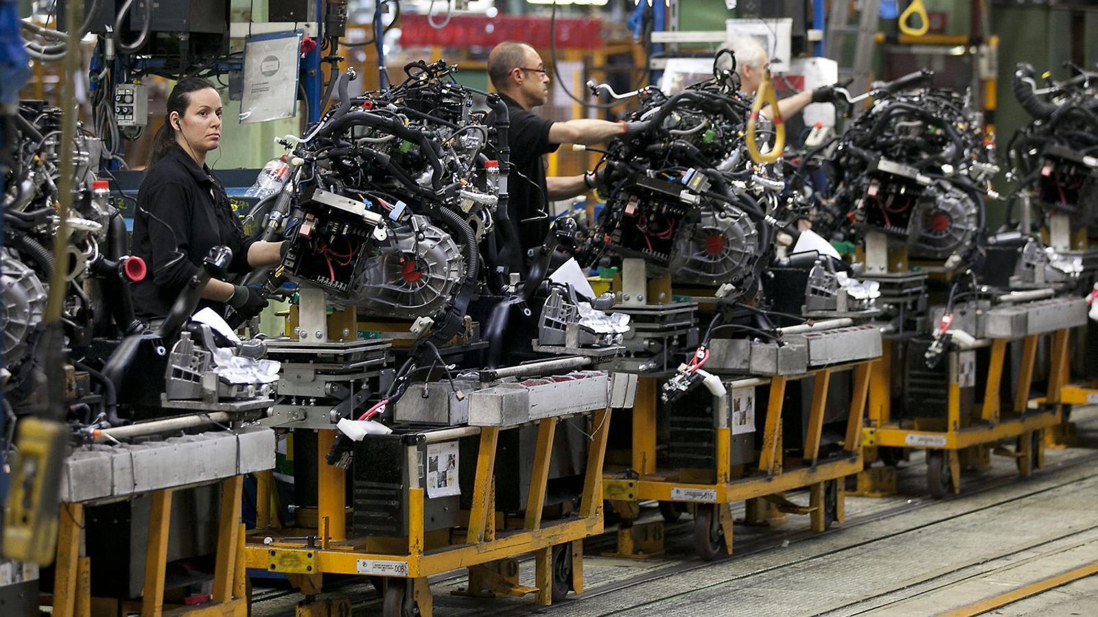 La línia de producció de la furgoneta elèctrica de Nissan a la planta de la Zona Franca en una imatge d'arxiu.