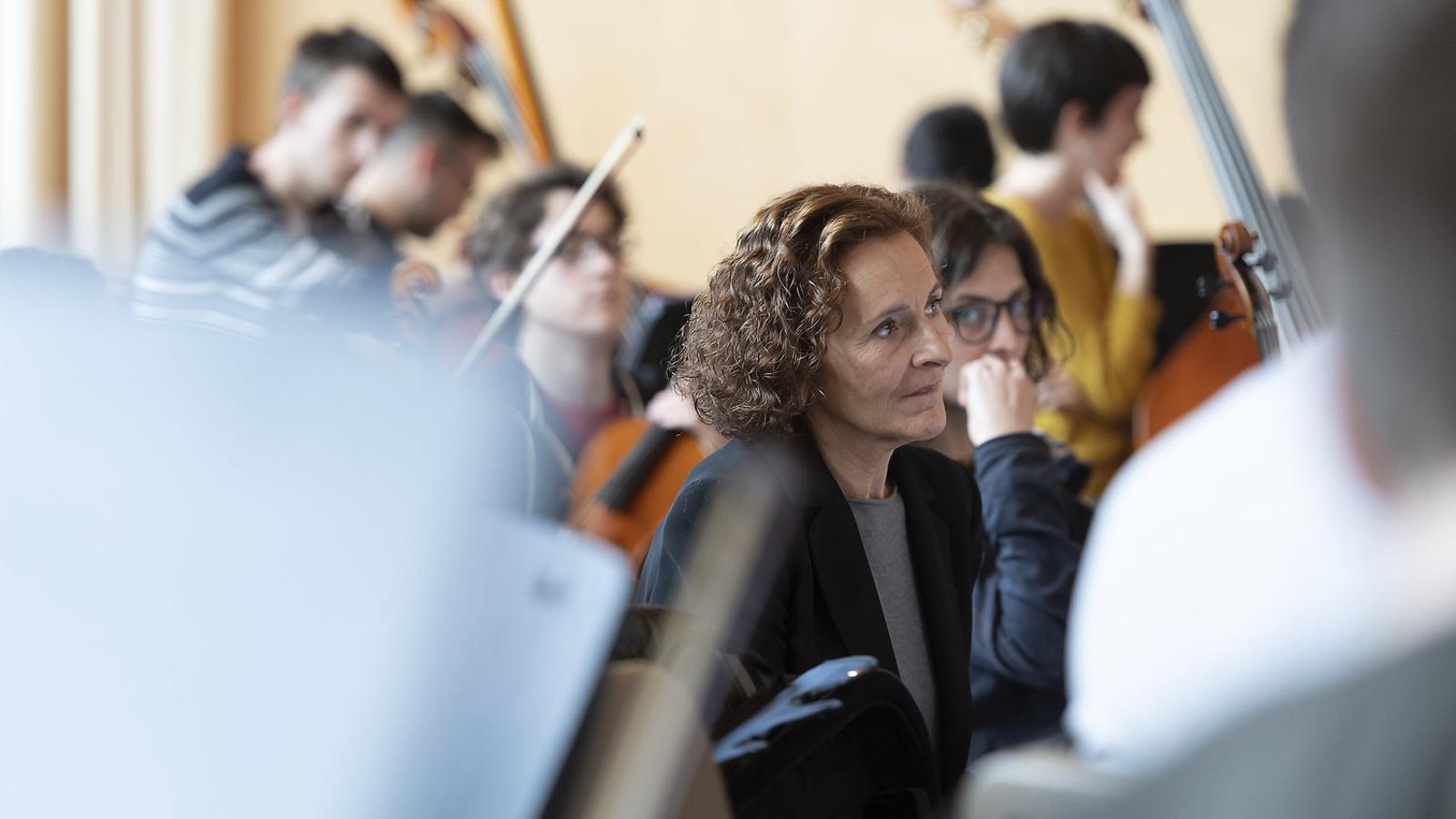 L'actriu Marta Angelat amb alguns dels músics de l'Orquestra Simfònica de l'Esmuc que interpreten La balena blava al TNC. / MAY ZIRCUS / TNC