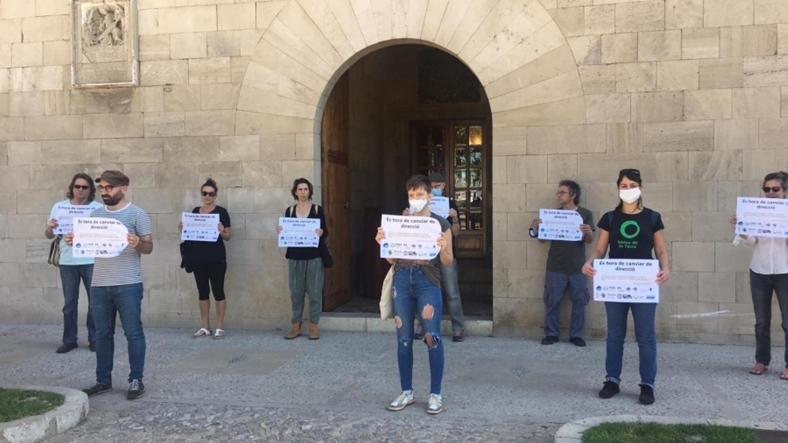 Membres del GOB protesten després del discurs d'Armengol