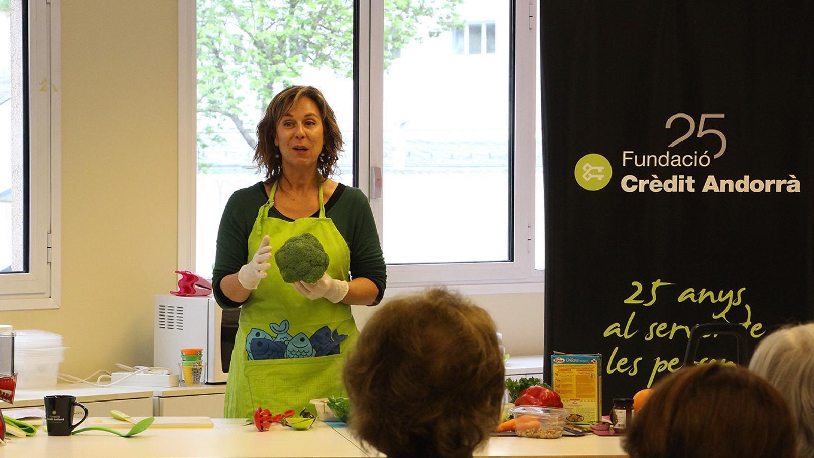 La dietista Marta Pons, durant el taller. / M. F. (ANA)
