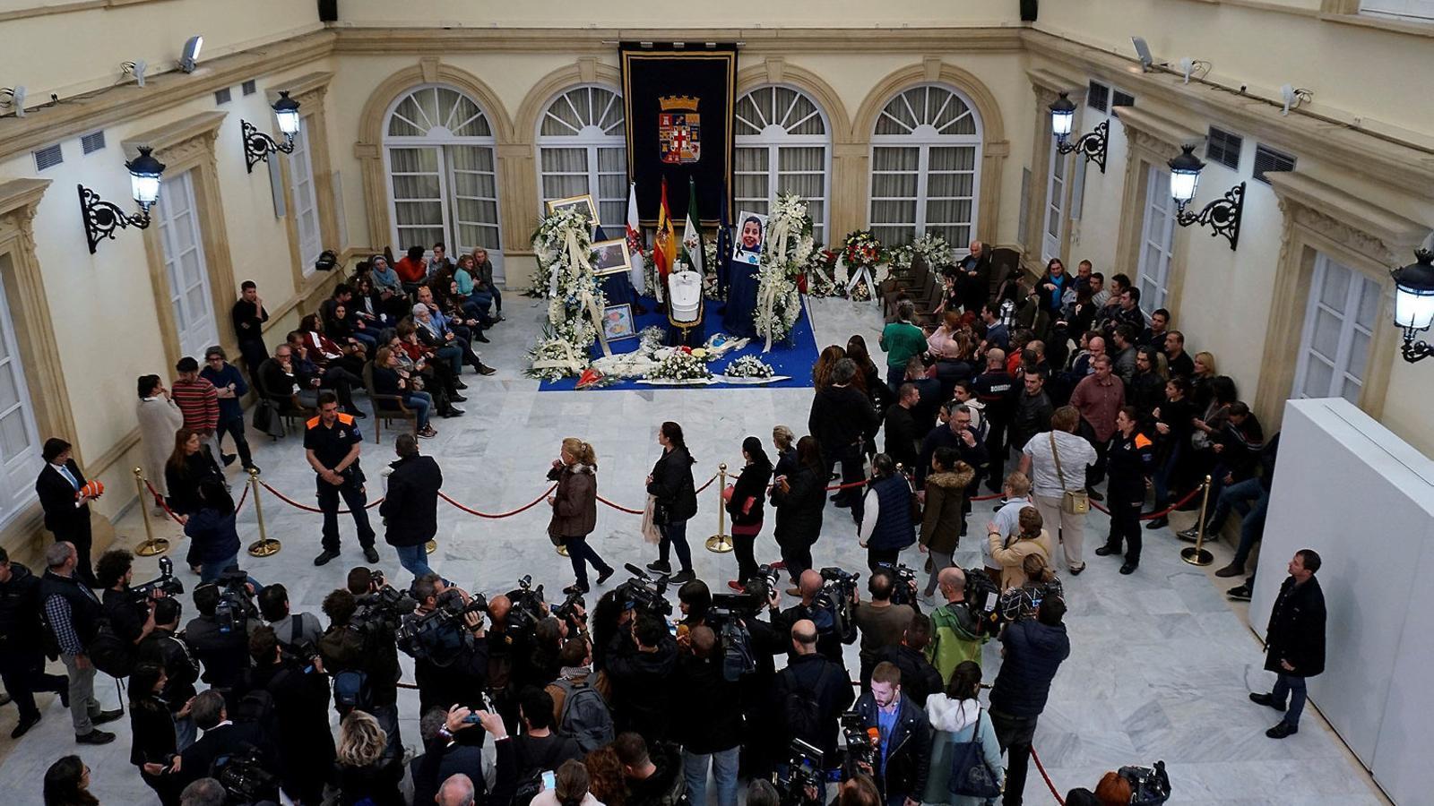 La capella ardent del Gabriel, a la Diputació d'Almeria, amb la presència de nombroses càmeres de televisió.