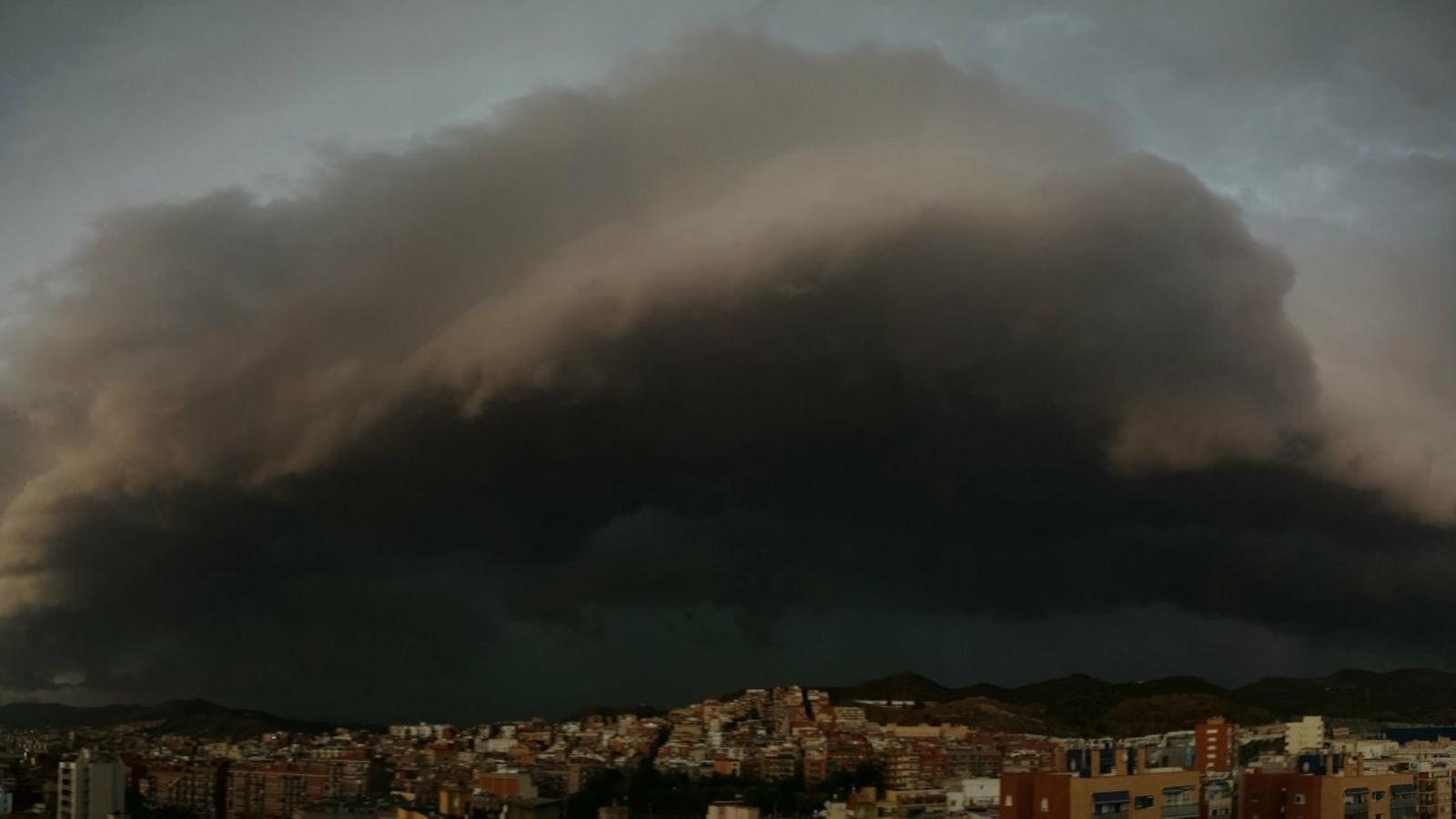 Diverses pedregades i cops de vent de fins a 100 km/h en una tarda de fortes tempestes