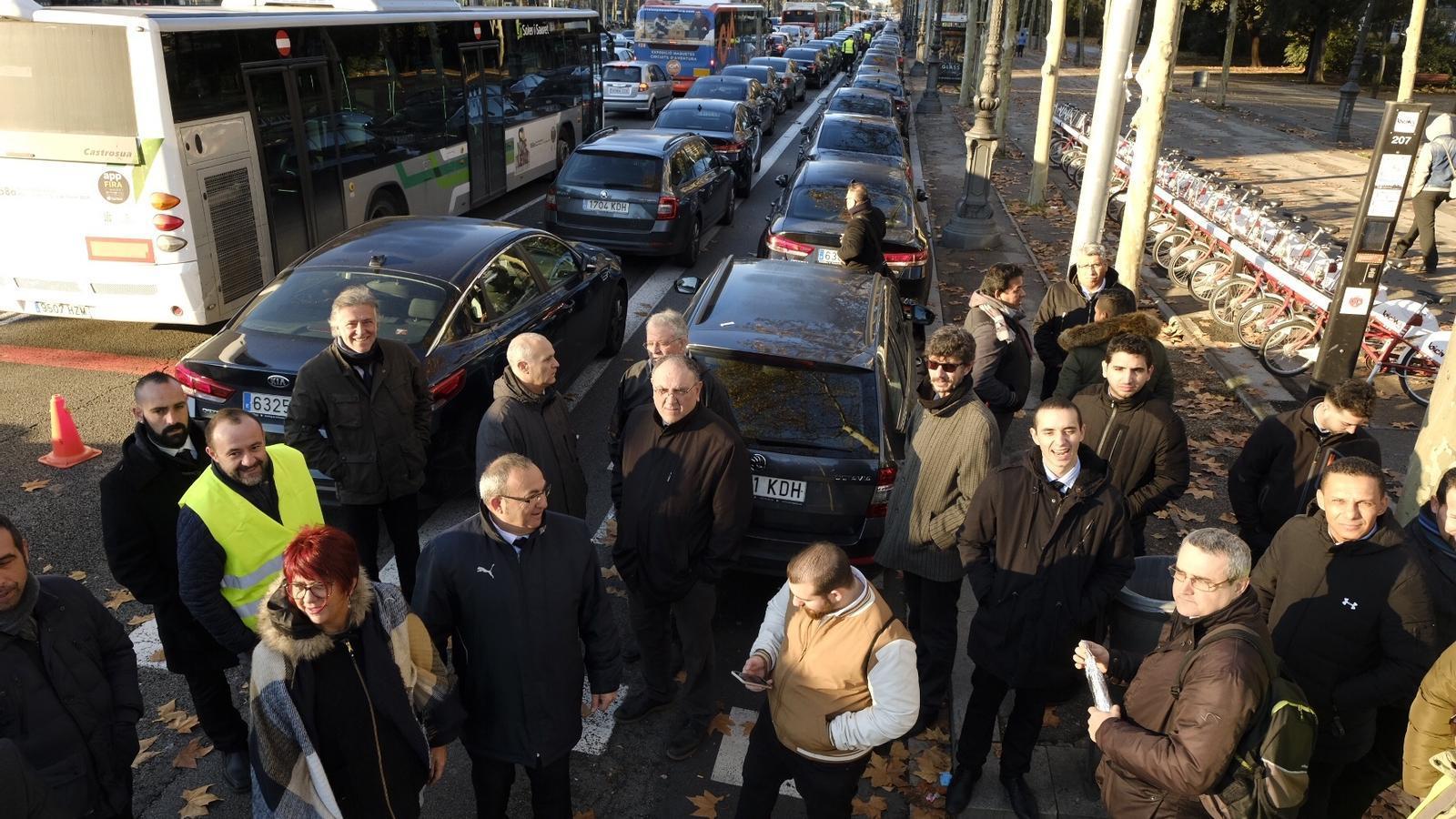 Els treballadors dels VTC tallen part de la Diagonal per protestar contra el decret de la Generalitat