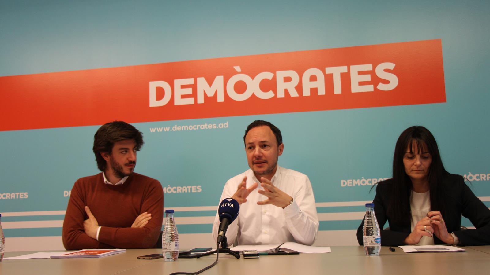 El cap de llista de Demòcrates, Xavier Espot, amb el númoer quatre de la llista, Carles Ensenyat i la númoer dos de Canillo, Mònica Bonell. / M. F.