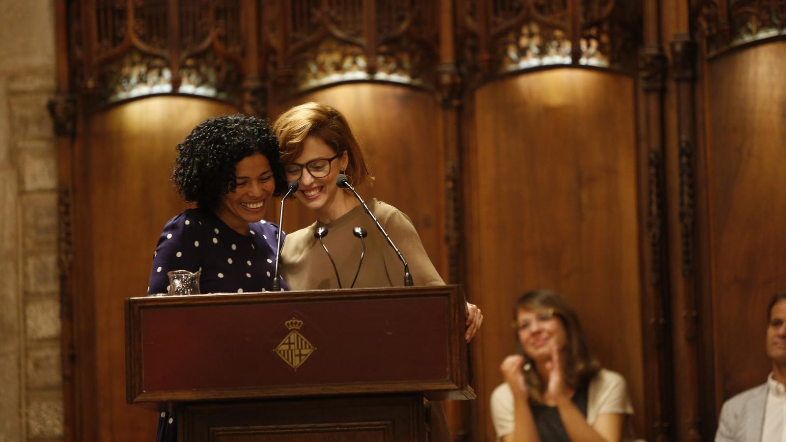 Carmen Juárez, a l'esquerra de la imatge, amb Leticia Dolera durant la lectura del pregó, primer acte de la Mercè 2018
