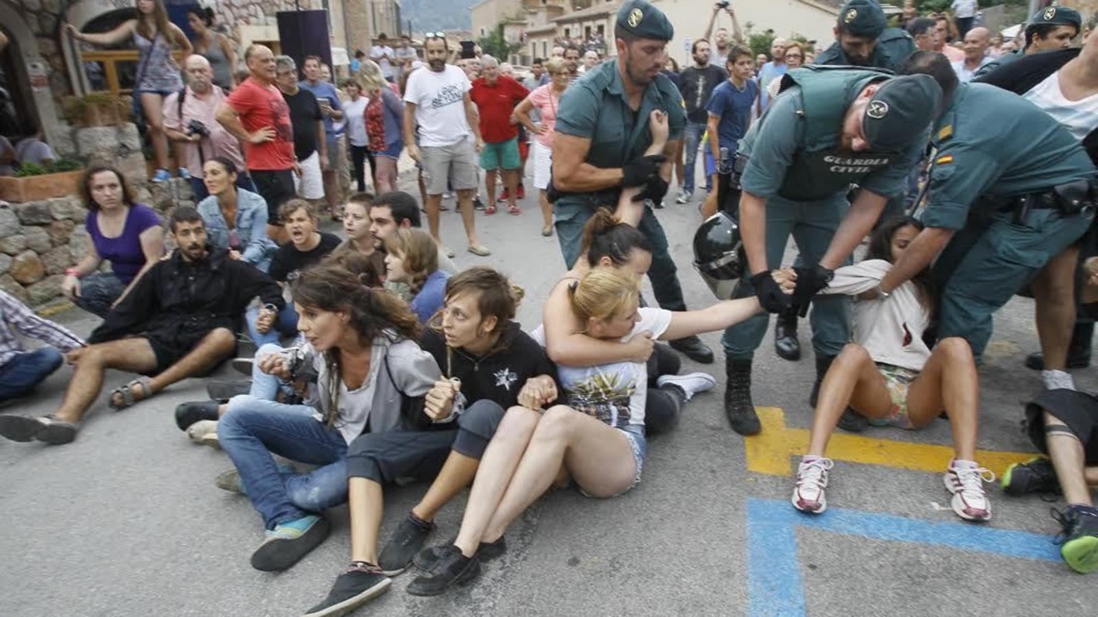 Protesta contra el correbou de Fornalutx, el juliol de 2015