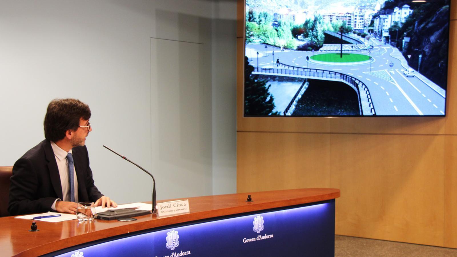 El ministre portaveu, Jordi Cinca, mostra una imatge virtual de com serà la futura rotonda de la Fontaneda. / B. N. (ANA)