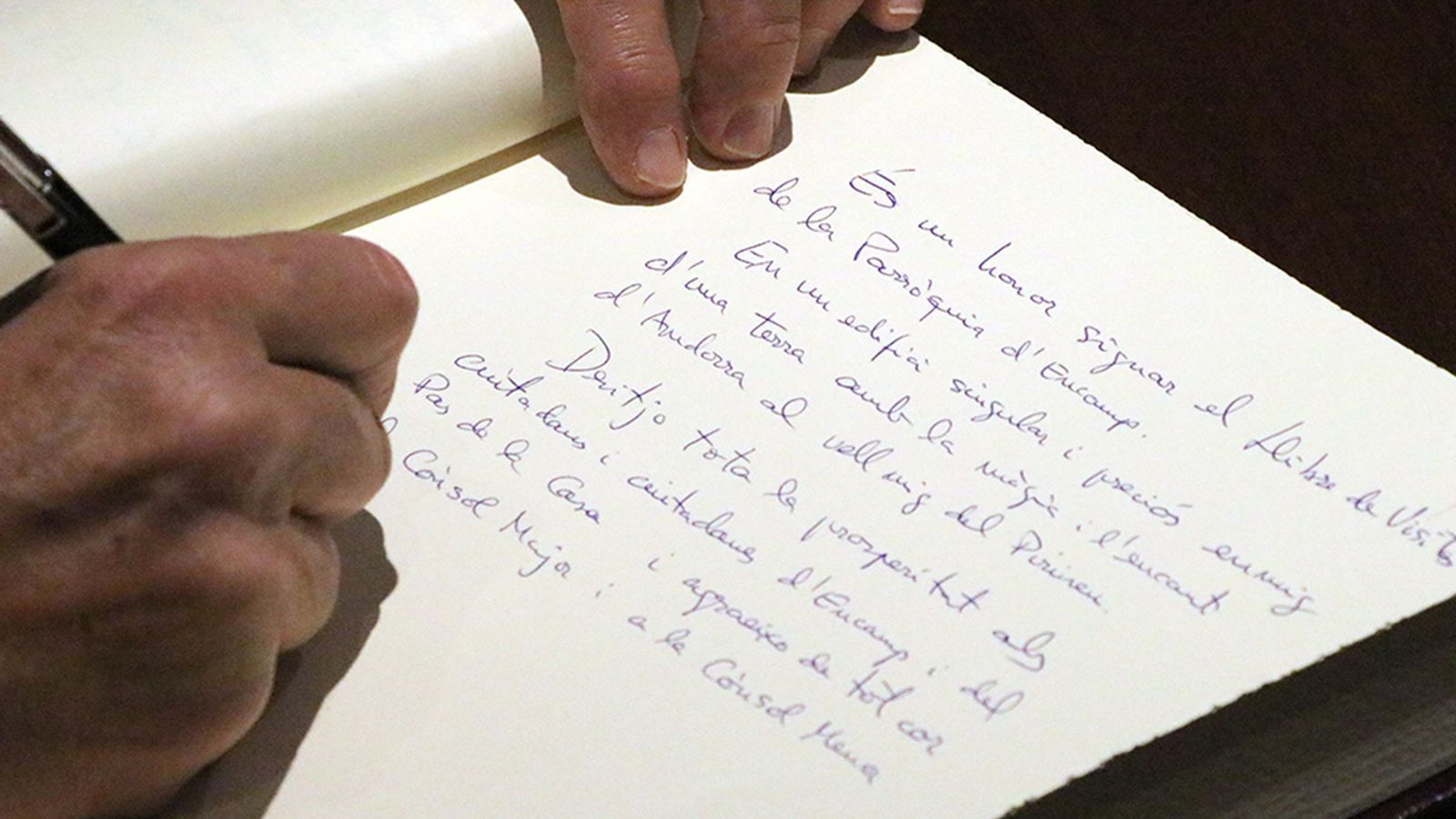 La signatura al llibre de visites de l'ambaixador espanyol, Àngel Ros. / Comú d'Encamp