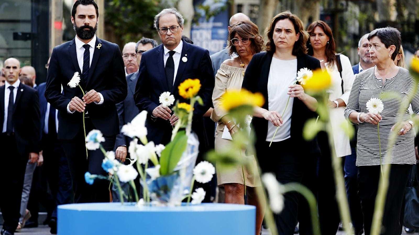 Les autoritats fan l'ofrena floral per les víctimes del 17-A al mosaic de Miró. D'esquerra a dreta, roger torrent, Quim torra, Ada Colau i Teresa Cunillera