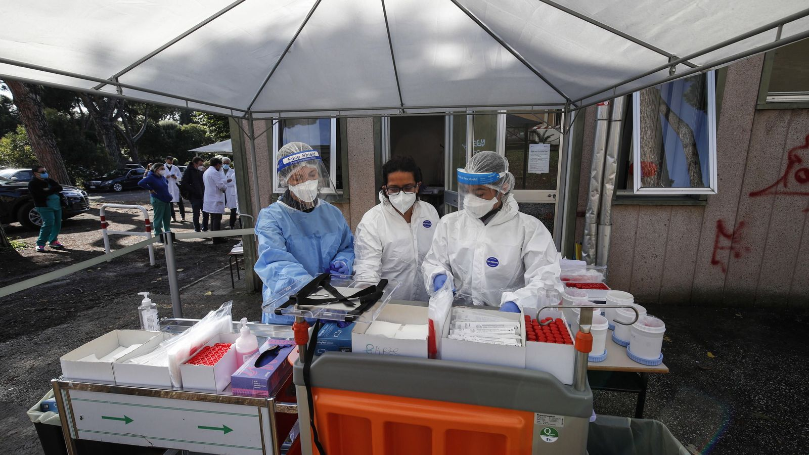 Itàlia frega els 11.000 contagis i no descarta el toc de queda
