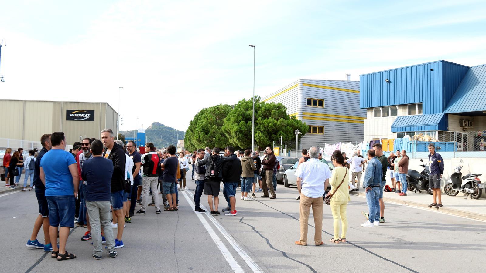 Treballadors de TE Connectivity a les portes de la fàbrica de Montcada