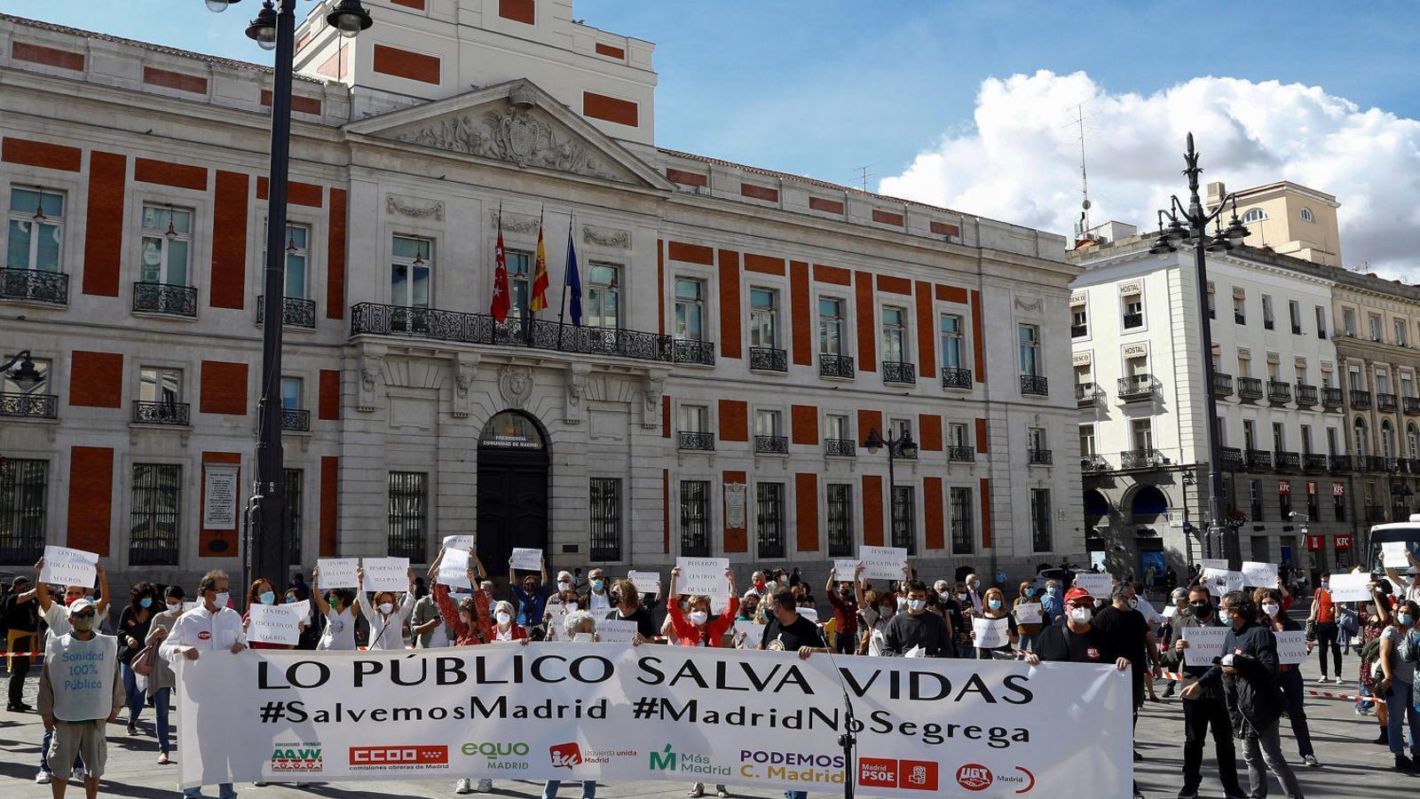 Concentració ahir a la Puerta del Sol, davant la seu del govern regional.