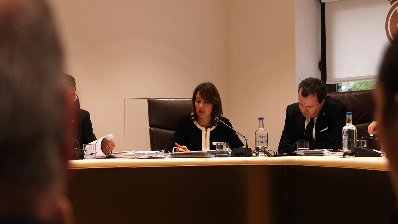 La consellera de Finances d'Andorra la Vella, Maika Nin, durant la sessió de consell de comú. / M. F. (ANA)