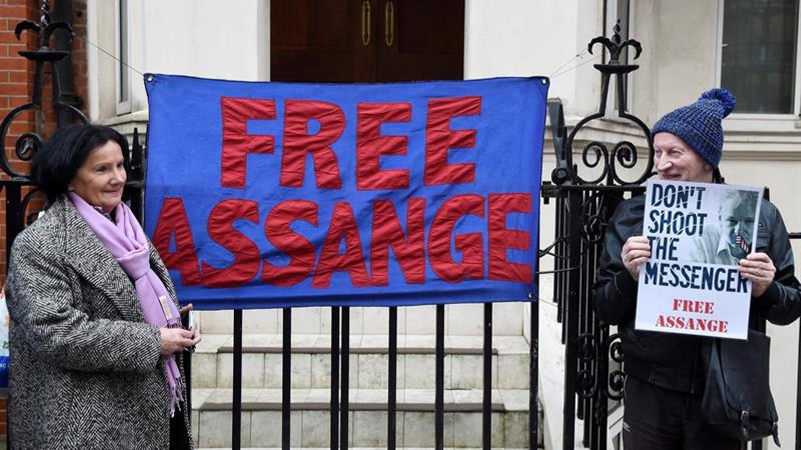 Assange: de què l'acusen?