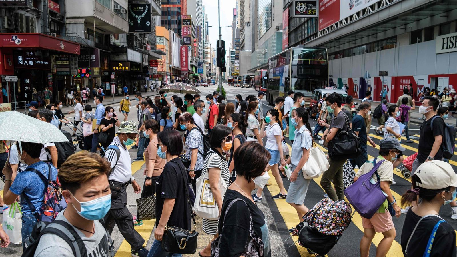 Un dels carrers principals de Hong Kong, en una imatge presa aquest dilluns