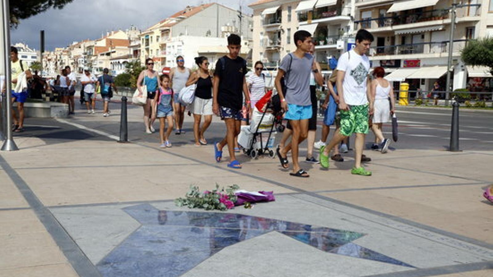 Un grup de joves passen per davant del record a les víctimes de Cambrils
