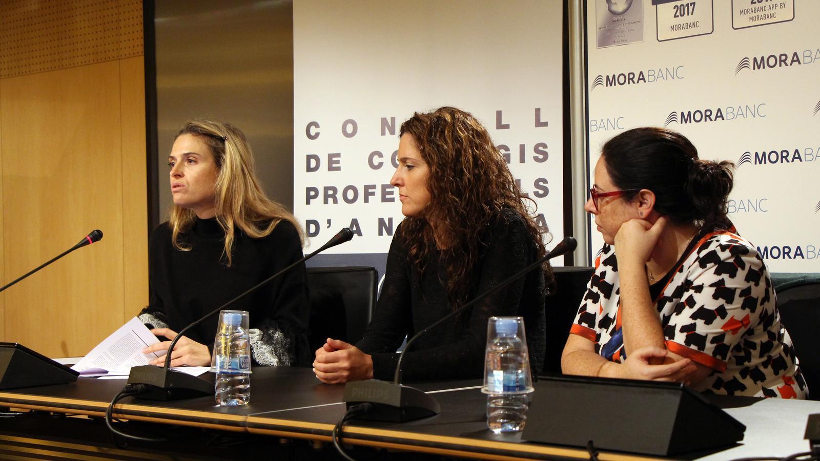 La degana del Consell de col·legis professionals d'Andorra, Sophie Bellocq, la secretària Zaira Nadal i la vicedegana, Edith Rascagneres, durant la roda de premsa per explicar els canvis que s'introduiran a la llei. / C. G.