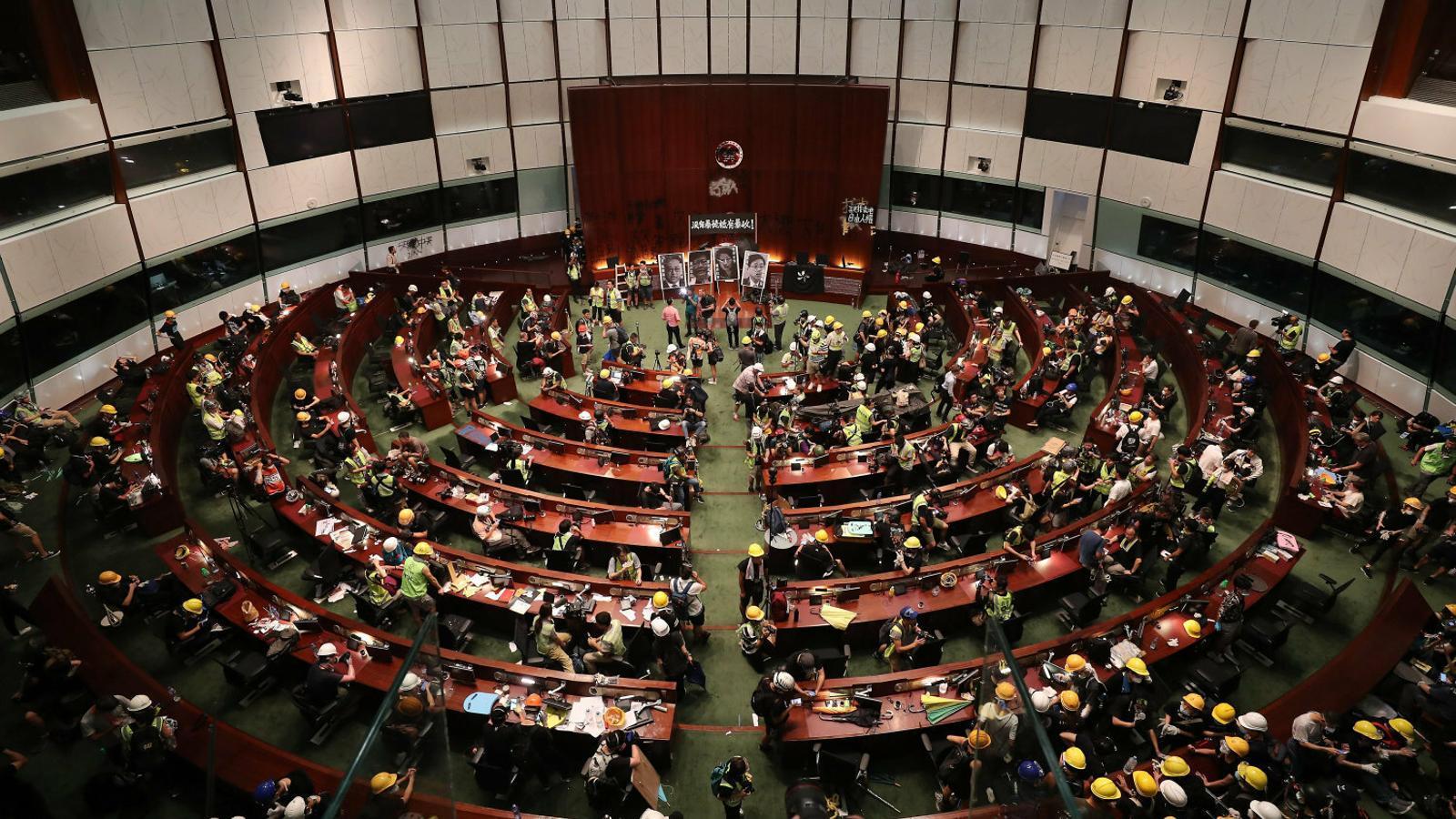 Els manifestants de Hong Kong assalten el Parlament