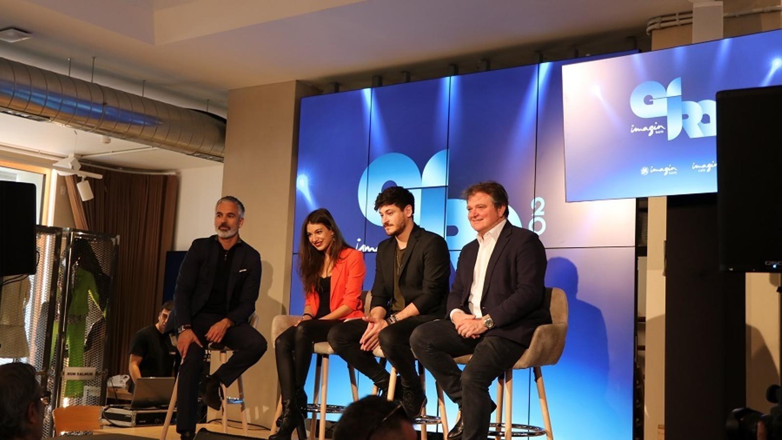 Ana Guerra, Cepeda i el director de màrqueting de CaixaBank, Xavier Mas, a l'ImaginCafè de Barcelona