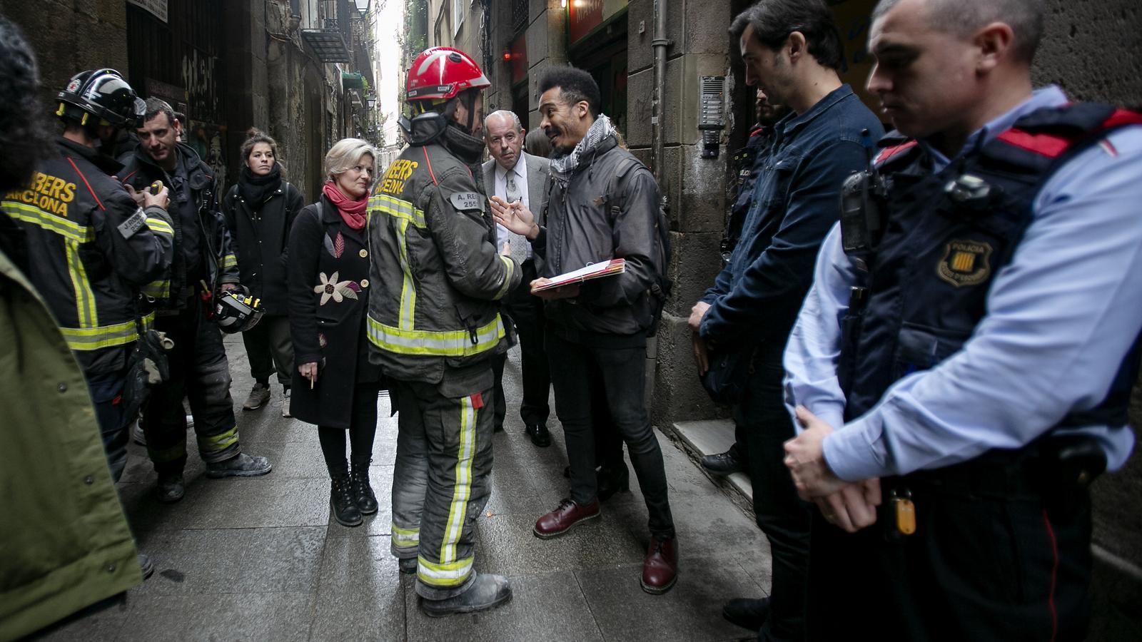 Un dels bombers parlant amb la comitiva judicial i amb la treballadora del SIPHO durant l'intent de desnonament