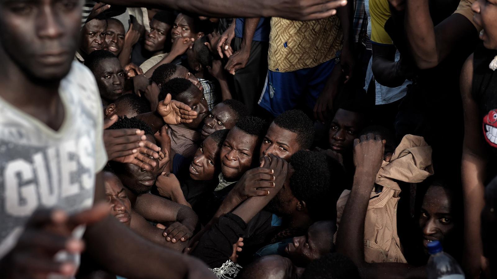 REFUGIADOS-UE II - Página 2 Rescat-dimmigrants-pastera-davant-Libia_1662443859_34457160_651x426